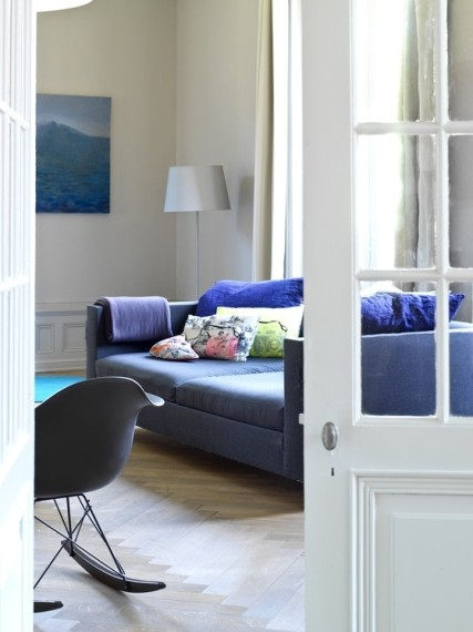 The sofa cushions are by La Cerise sur le G?teau and the indigo cushions by Merci.