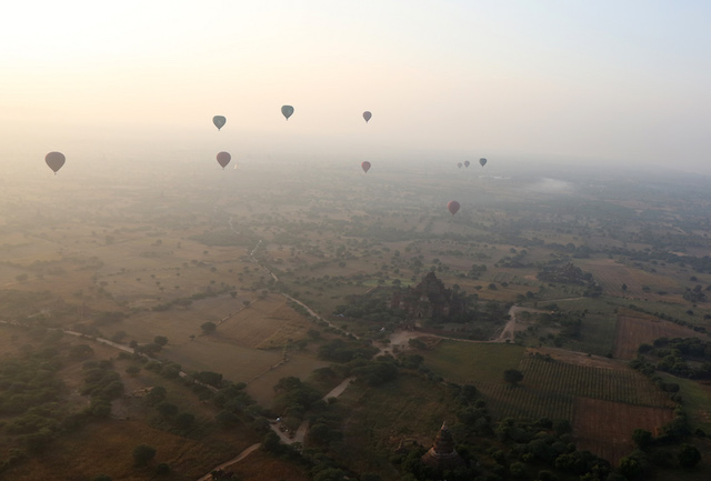 Baloons over the temples and pagodas of old Bagan 2335