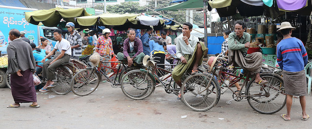 Bicacle Rickshawes drivers wairing the traditional Longhi 1009