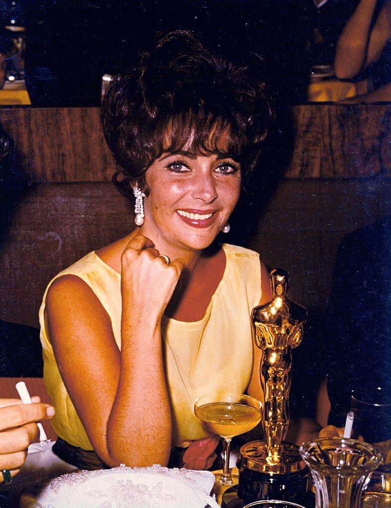 liz-butterfirld-8th-1961-posing-her-Academy-Award-best-actress