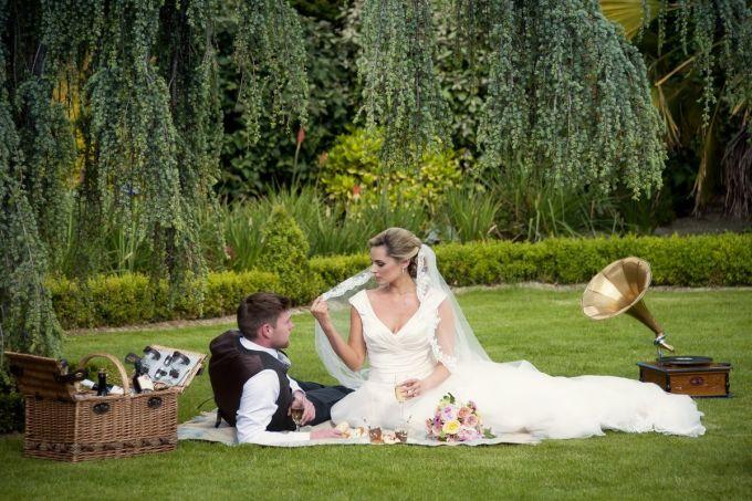 rsz_main_final_bride_groom_picnic_in_garden_thomas_sunderland_photography