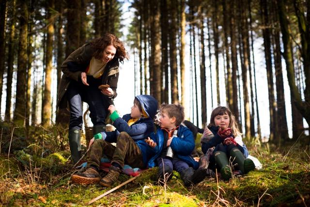 breaking-eggs-kids-cooking-programme-ballinahinch-connemara-galway-ireland-photographer-julia-dunin-154